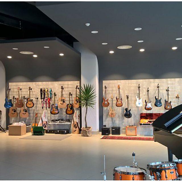 Allestimento negozio di strumenti musicali a Brescia