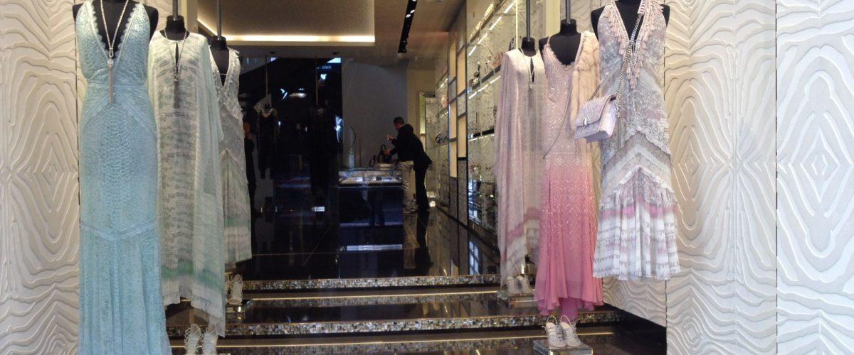 Manichini regolabili da donna in negozio corso Montenapoleone a Milano