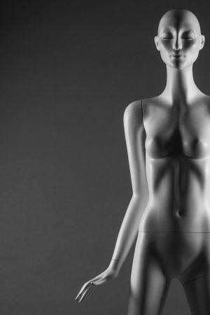manichino donna stilizzato con ciglia primo piano