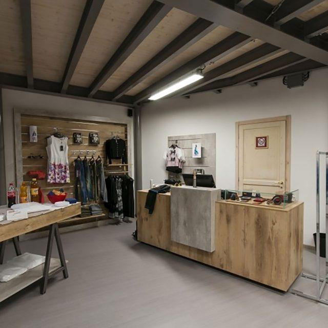 Progettazione negozio di abbigliamento in stile urban