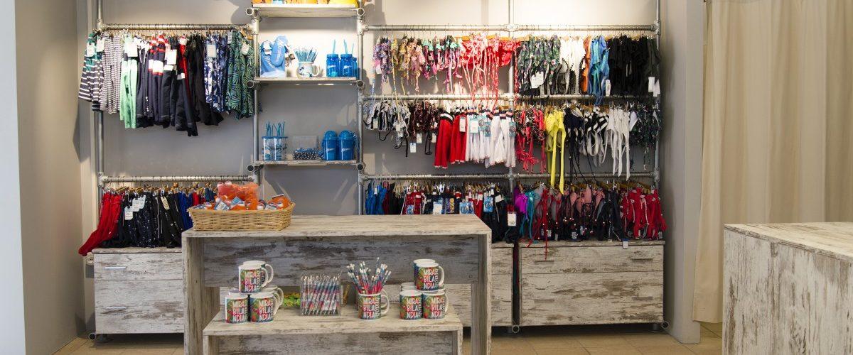 Arredi e scaffalature in stile urban chic per negozio di beachwear