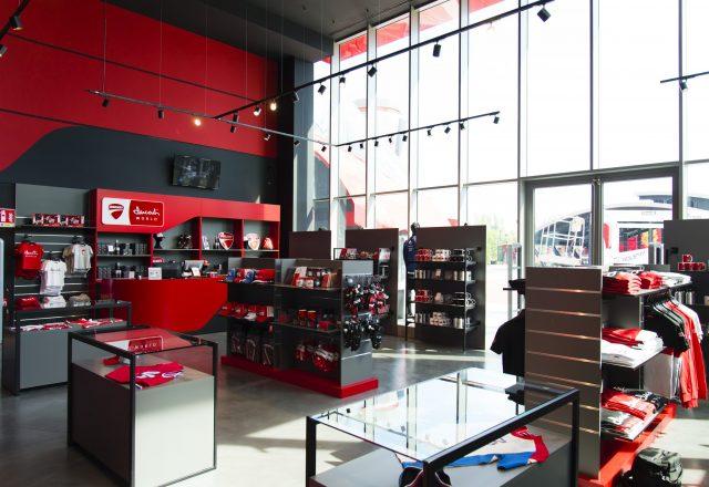 Arredo vetrine negozio Ducati
