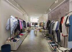 Mobili di uno shop di abbigliamento a Roma