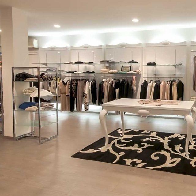Arredo completo in stile classico per negozio di abbigliamento