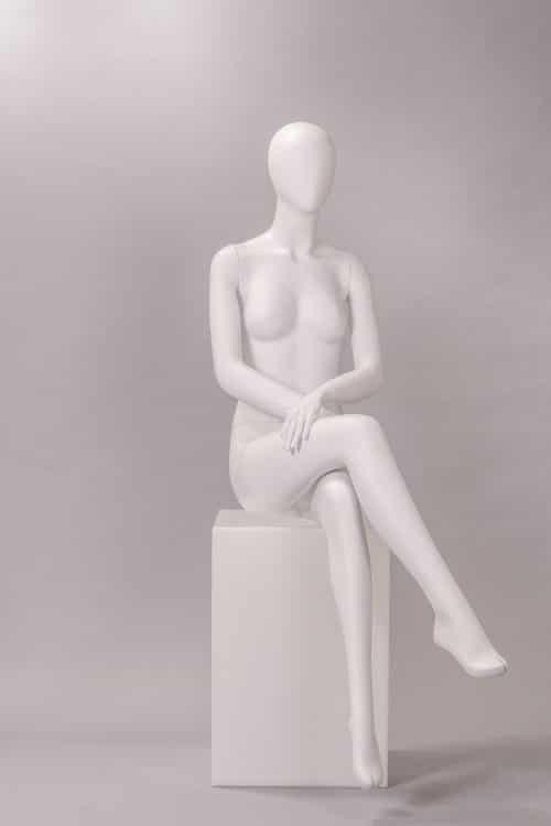 manichino donna testa a uovo seduta